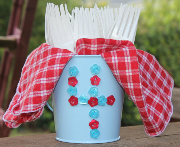 Quick 4th of July Utensil Holder with Buttons & Glue Dots #4thofjuly #buttons #utensilholder #joyslife