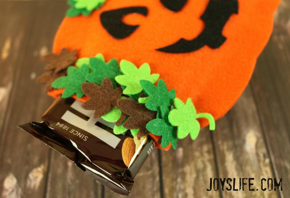 No Sew Felt Candy Bar Holder #NoSew #Halloween #TopDogDies #crafts