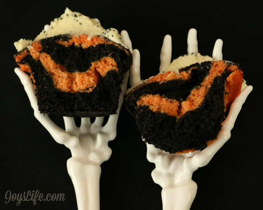 Perfect Halloween Food! Black & Orange Swirled TruMoo Orange Scream Cupcakes #HalloweenFood #TruMooTreats #ad