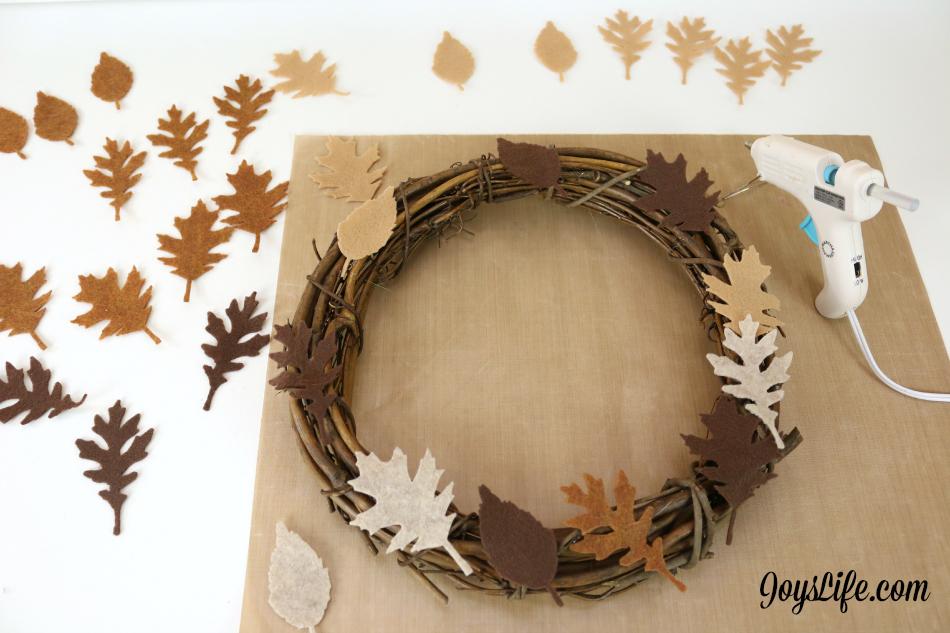 How to Create a Felt Leaf Grapevine Wreath #Wreath #Craftwell #felt #TimHoltz #CutNBoss #TeresaCollins #HomeDecor #Autumn